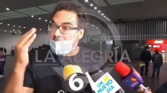Eduardo Yáñez agredió otra vez a un reportero y lo empuja