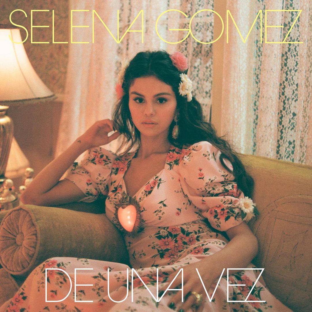 Selena Gomez vestido rosa