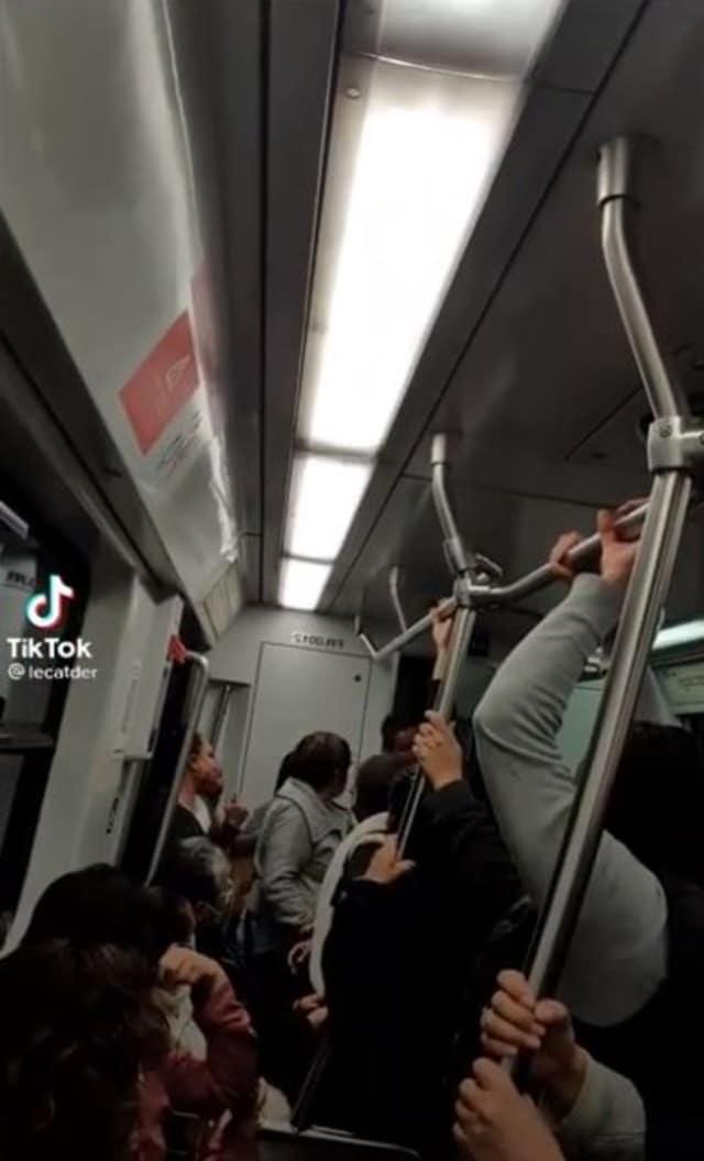 Graban a Conductor del metro teniendo relaciones en la cabina