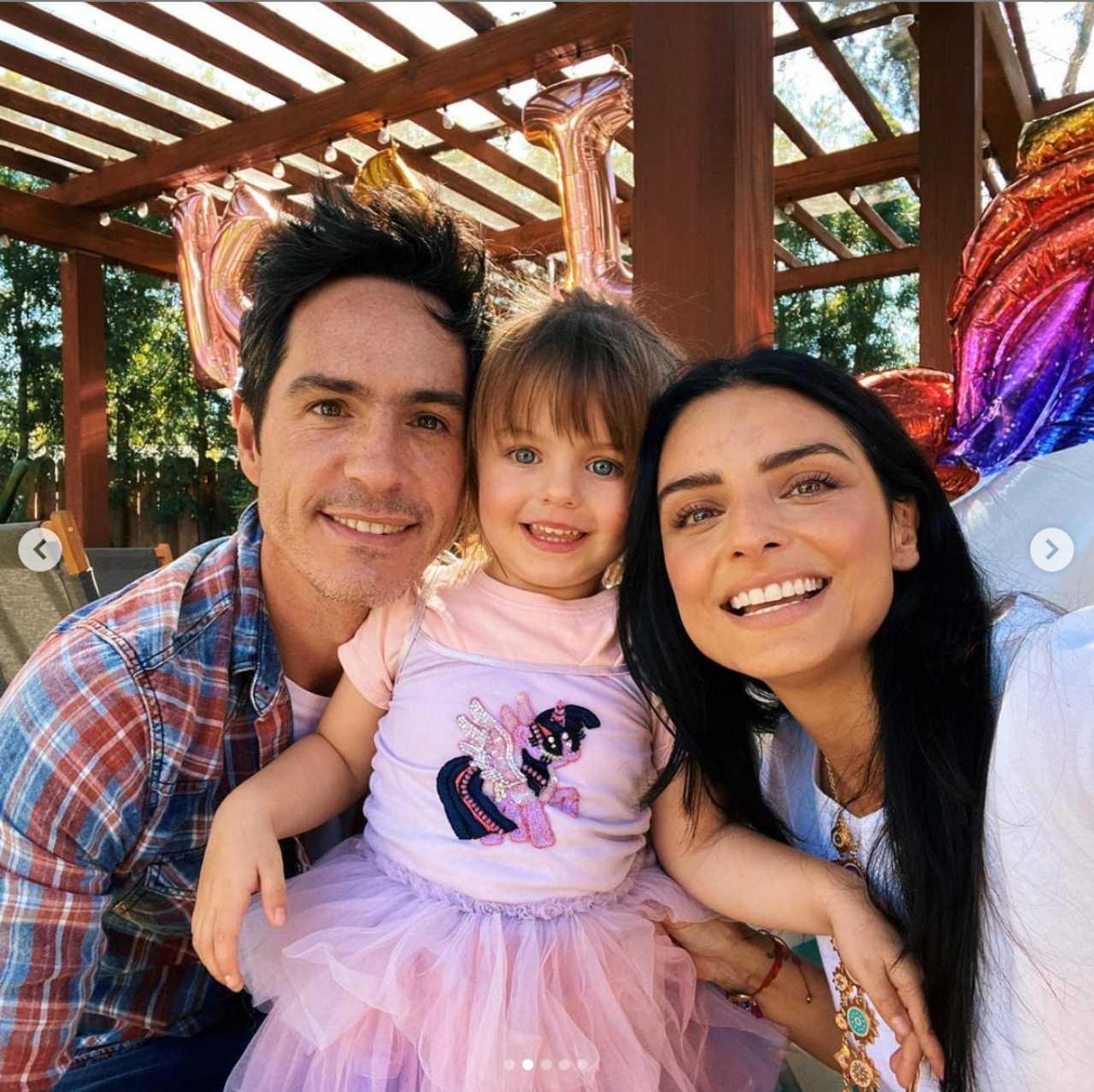 Aislinn Derbez con su hija y su esposo