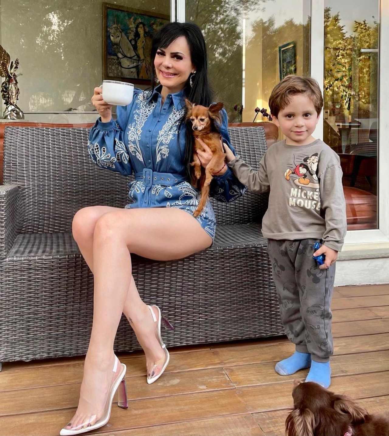 Maribel y su cafecito con su nieto