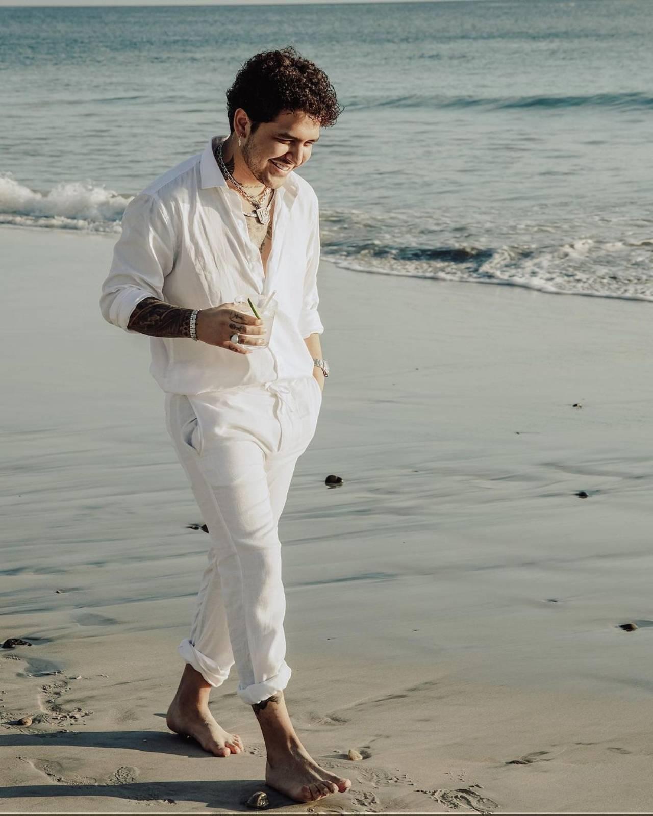 Christian Nodal vestido de blanco
