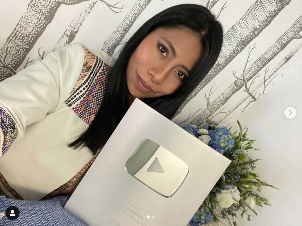 Yalitza Aparicio posa con placa de YouTube