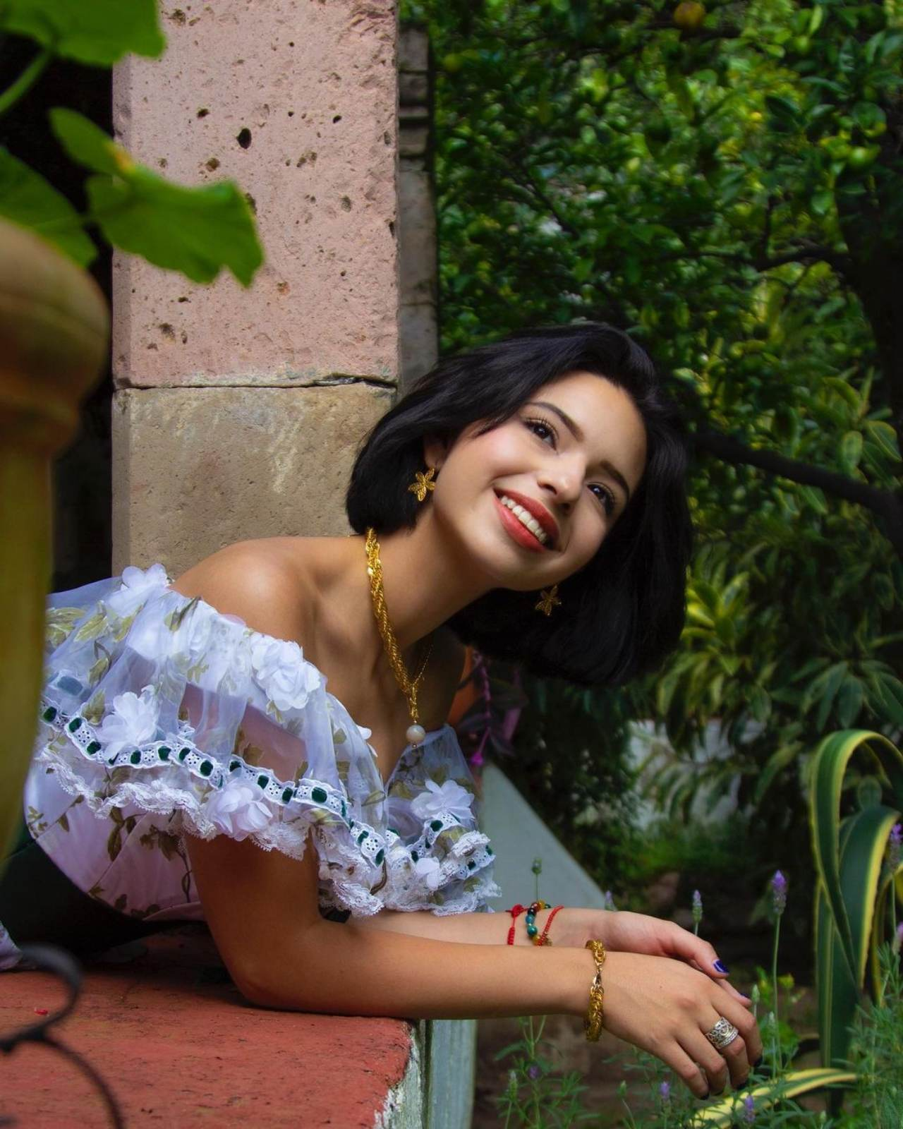 Angela Aguilar asomándose por el balcón