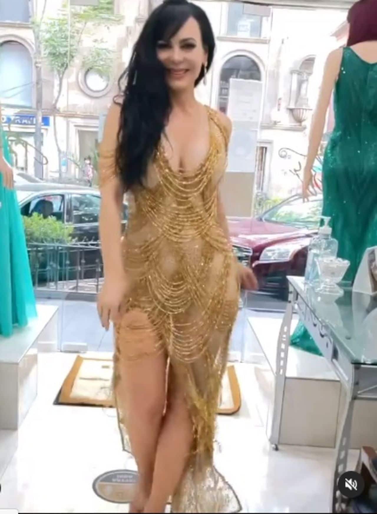 Maribel Guardia usando vestido dorado