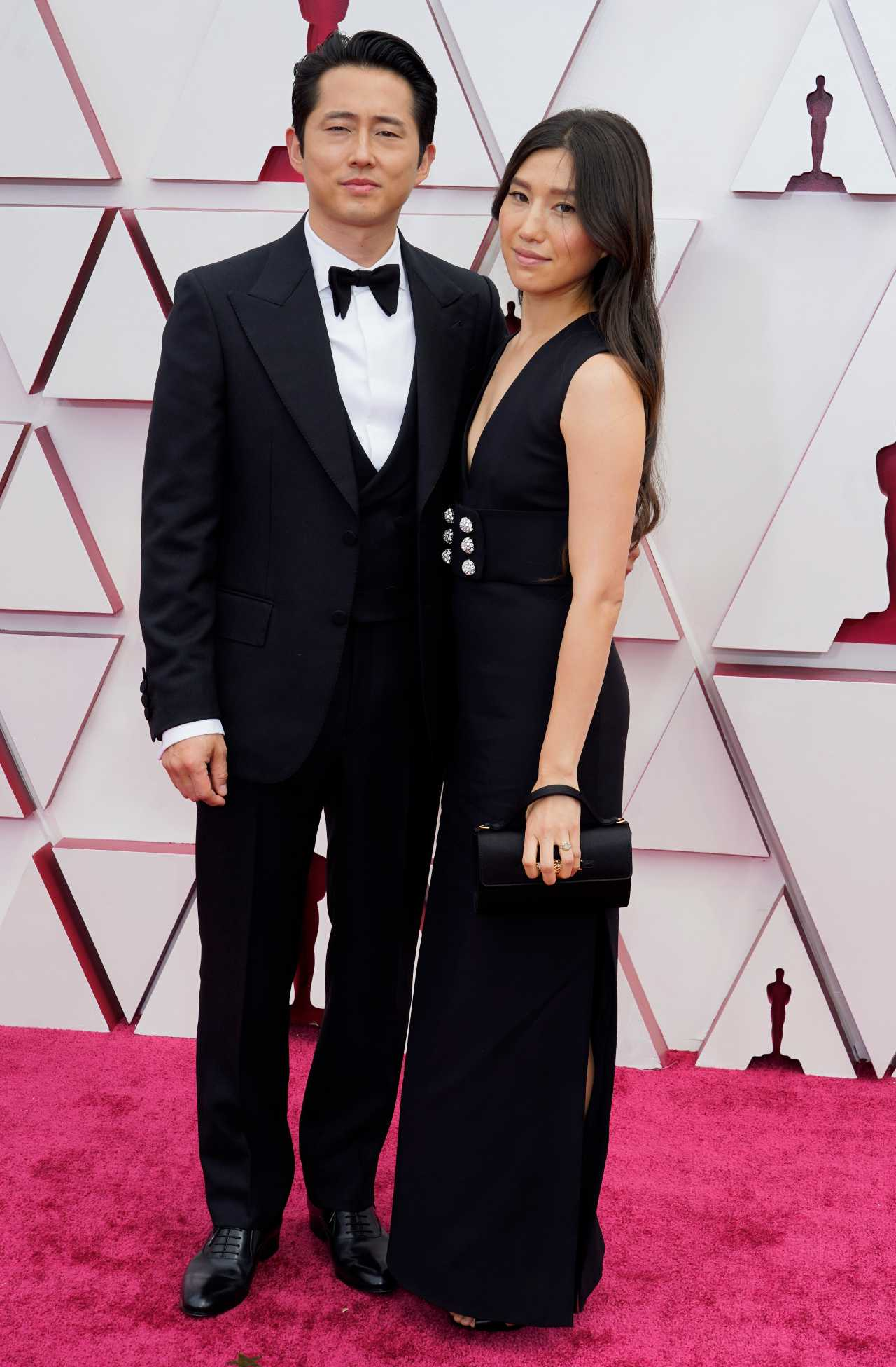 Steven Yeun alfombra roja 2021 premios oscar