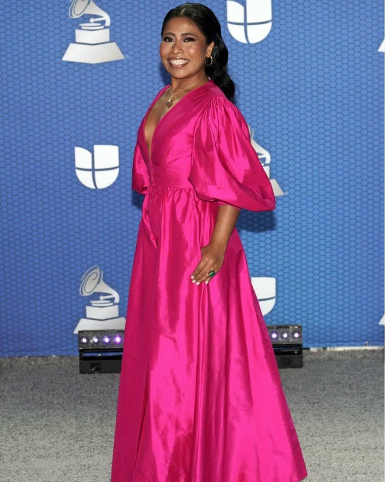Yalitza Aparicio en vestido rosa mexicano