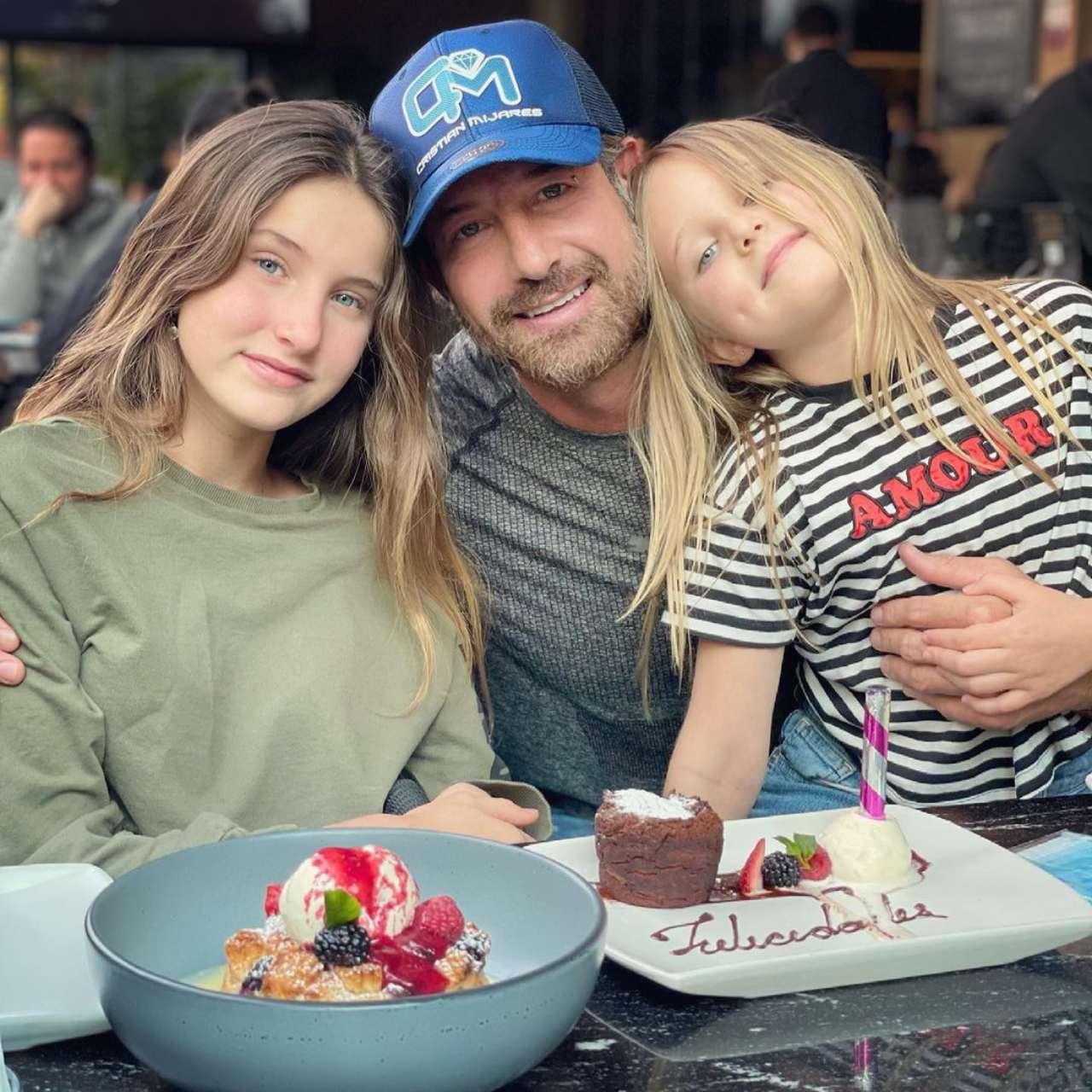Gabriel Soto con sus hijas cumpleaños