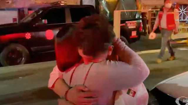 Madre e hijo se abrazan tras accidente en el metro