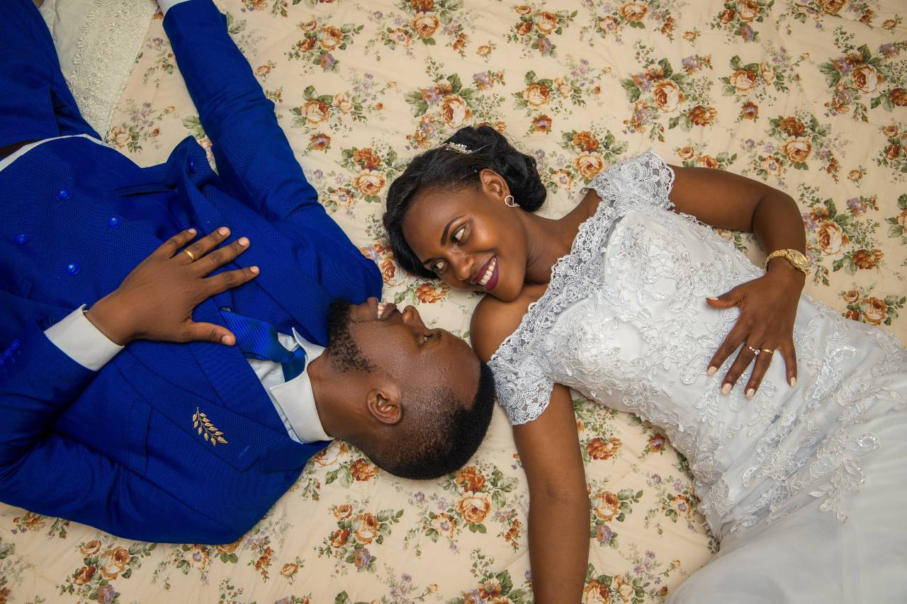 Pareja de esposos acabados de casarse