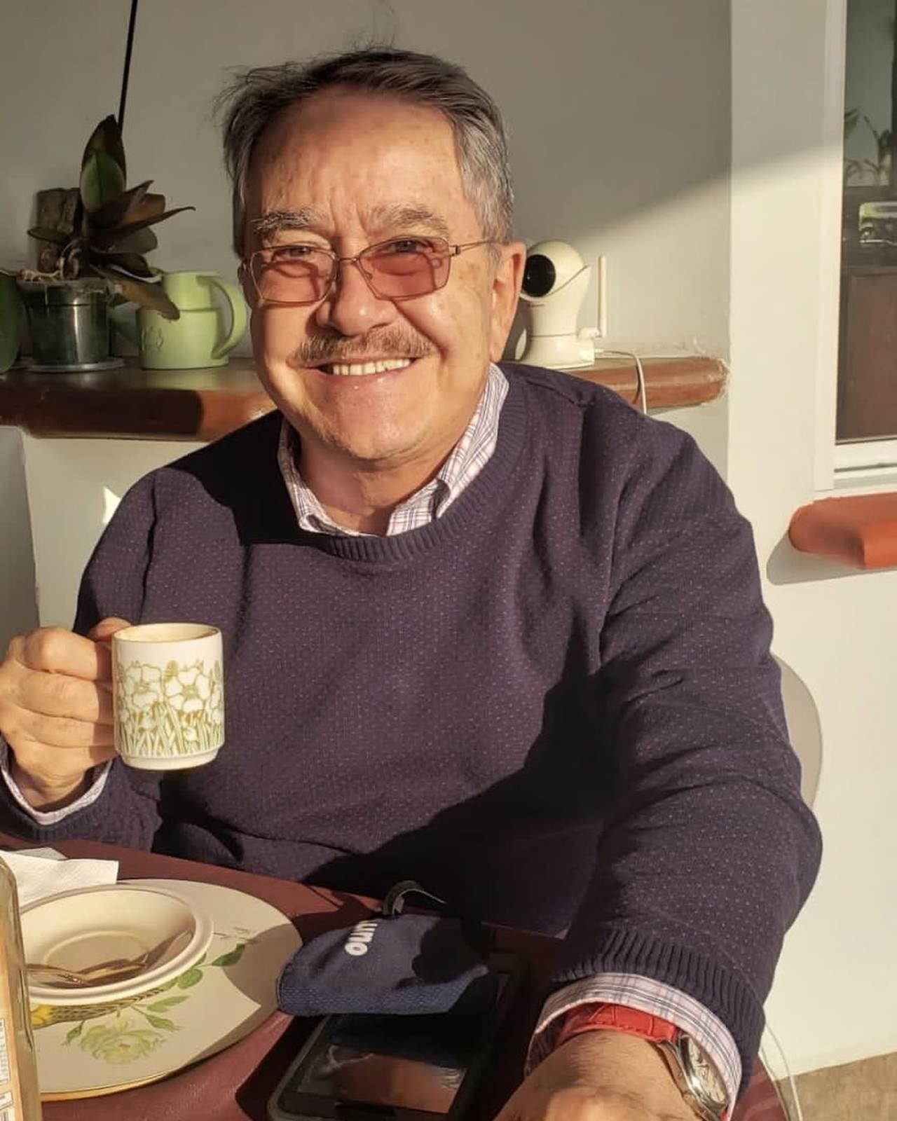 Pedrito Sola tomando café