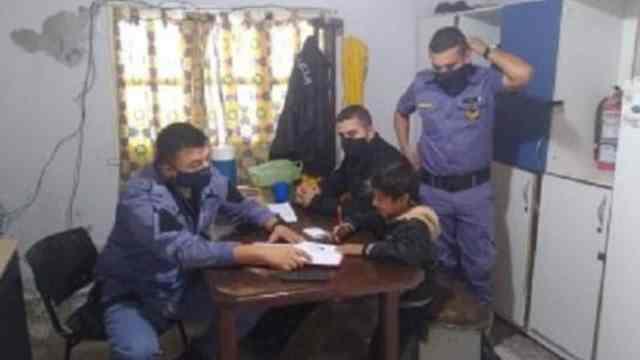 Mamá pide ayuda a policías para que su hijo haga la tarea
