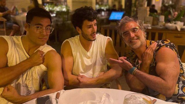 Alejandro Fernández humilla con sus brazotes a Sebastián Yatra y Carlos Rivera