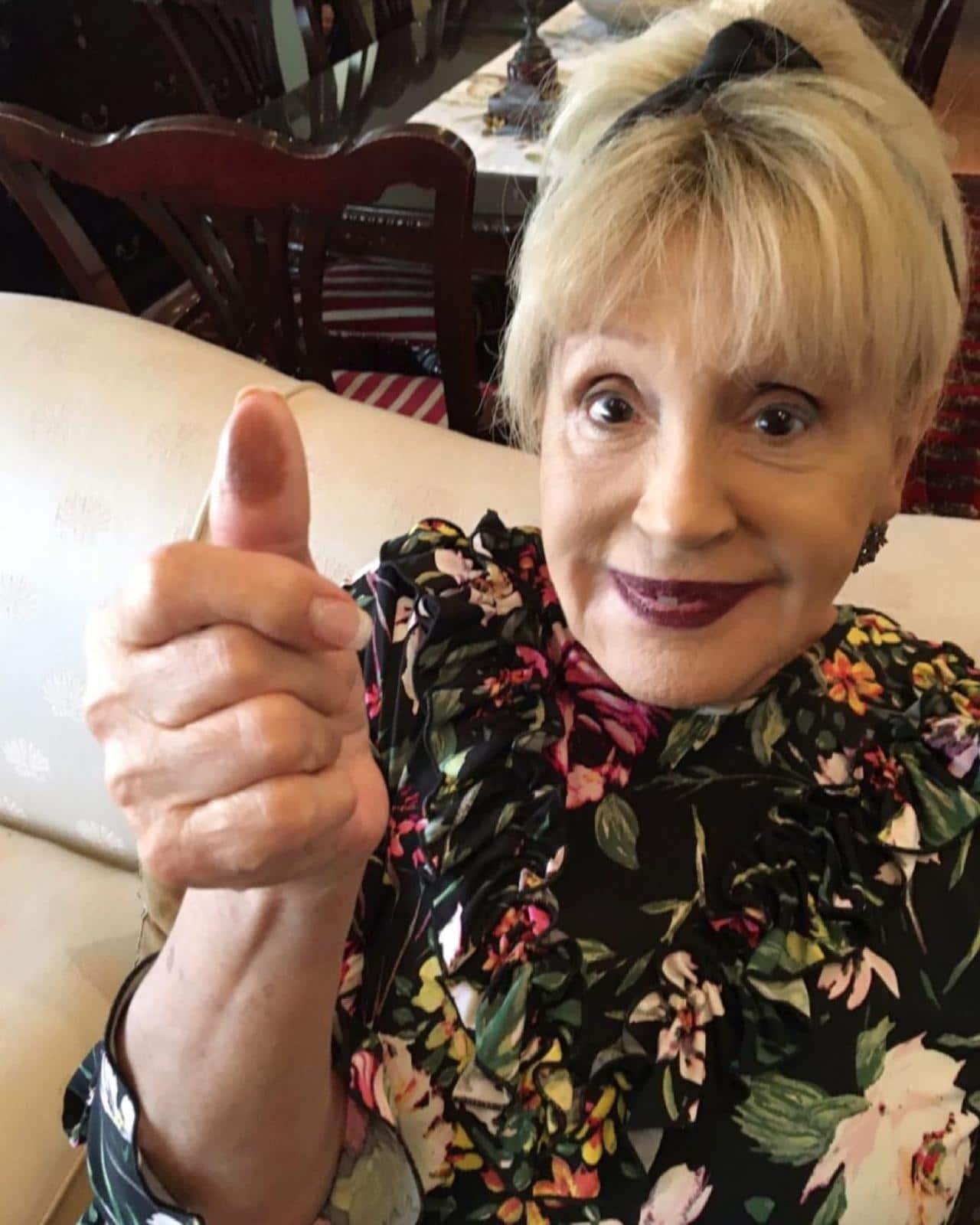 Anel Norena se quita peluca programa