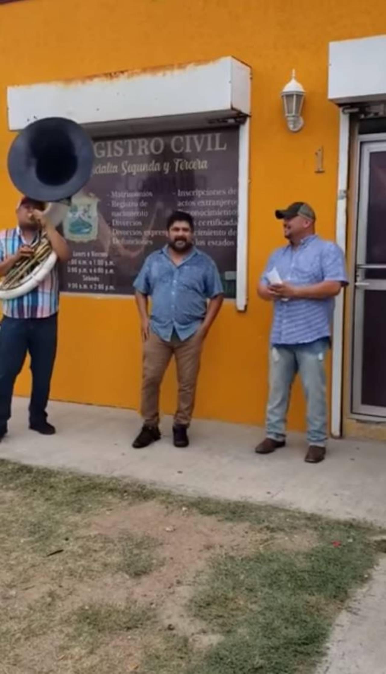 Celebra su cumpleaños con banda al salir del registro civil