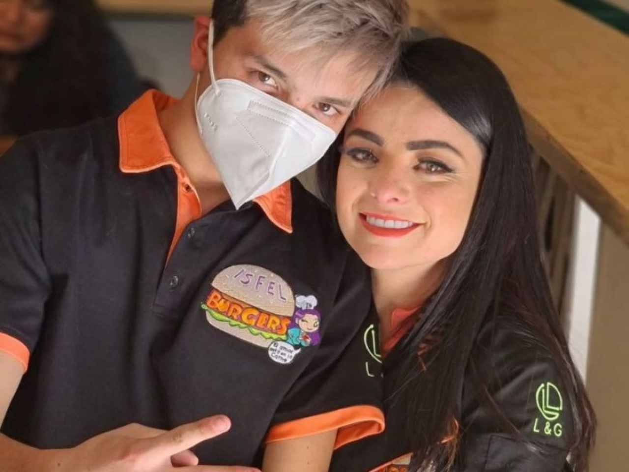 Omar y Violeta en Isfel Burgers