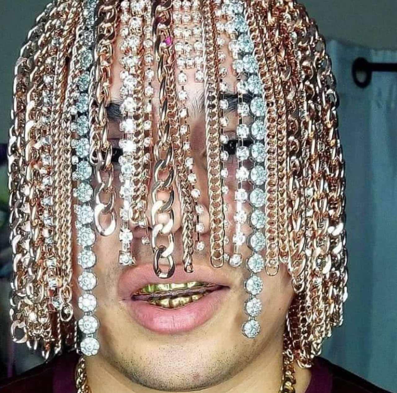 Dan Sur rapero mexicano que se implantó cadenas de oro en el cabello