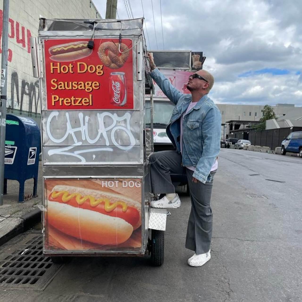 J Balvin posa carrito hot dogs
