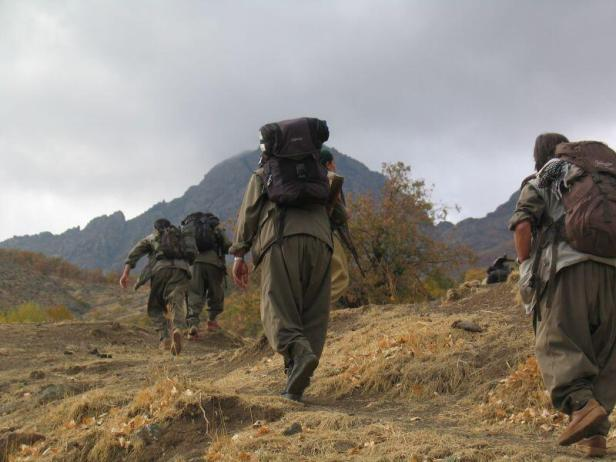 PKK guerillas retreat. Photo by ANF