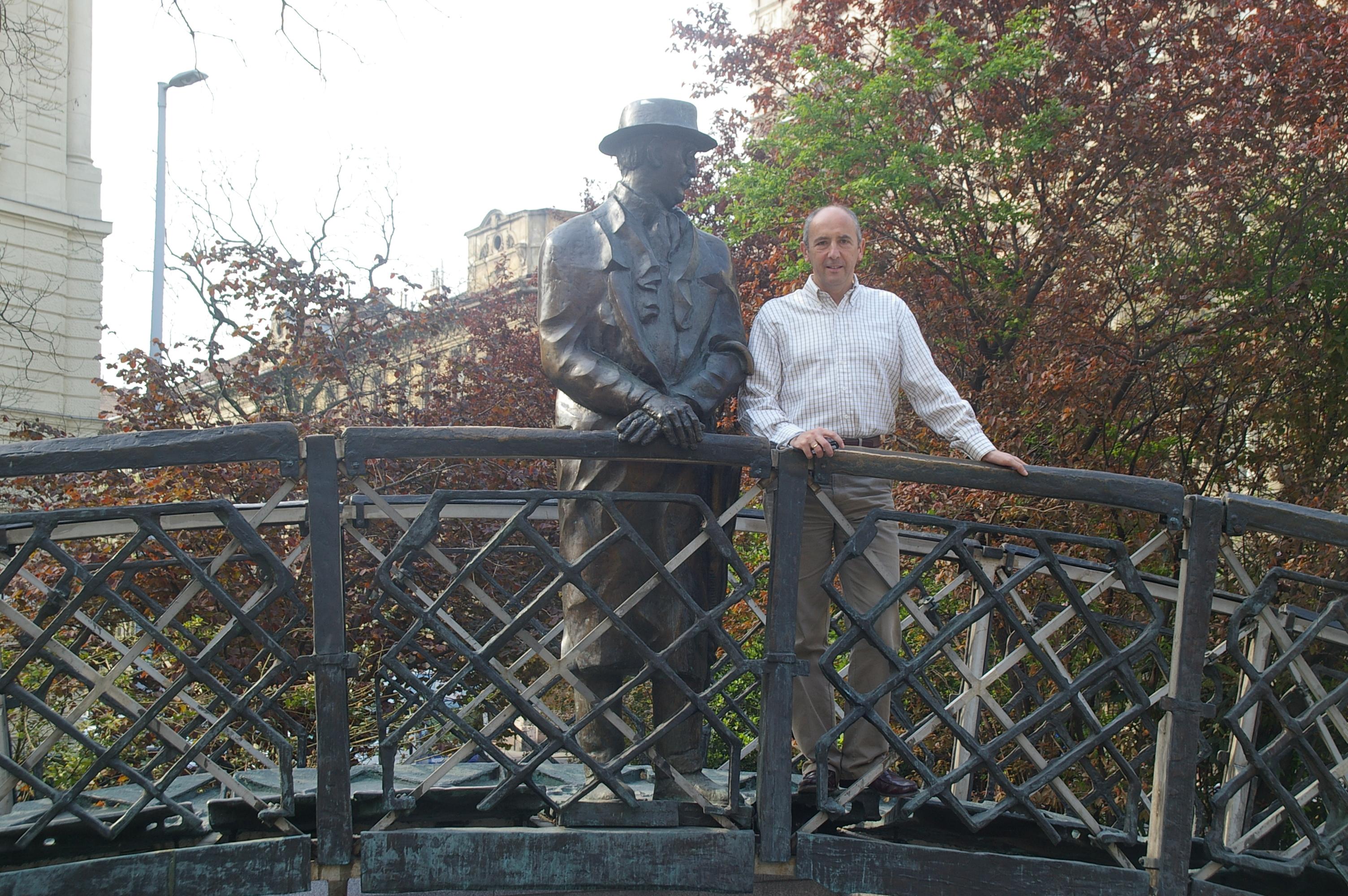 Junto a la imagen de Imre Nagy en la plaza de la Libertad