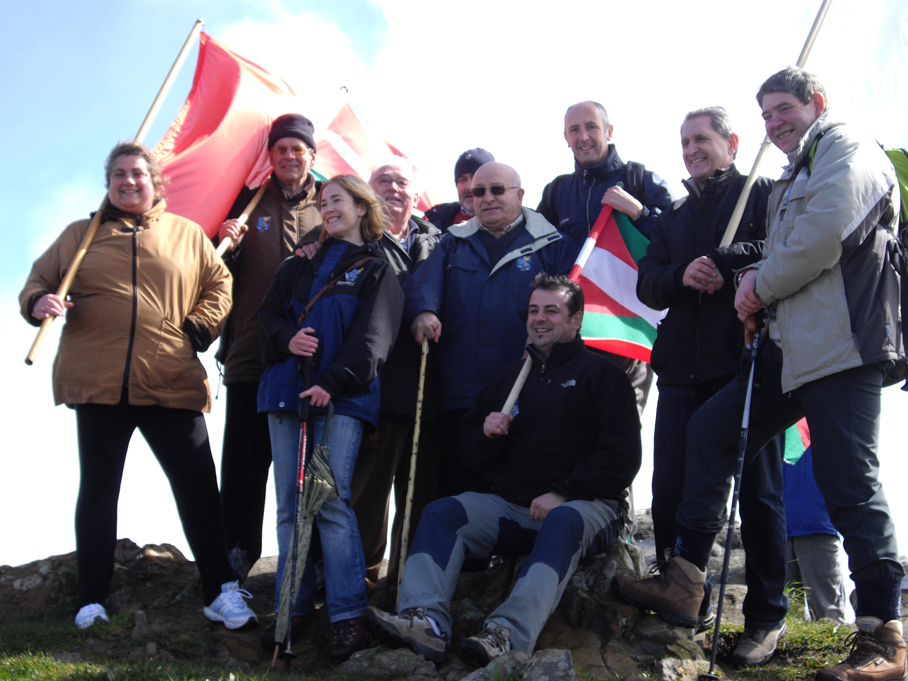 Gaur, Jata mendiaren tontorrean, Euskal Herri guztiko udal hautatuekin, Euskadi, gure Aberria aldarrikatzen.