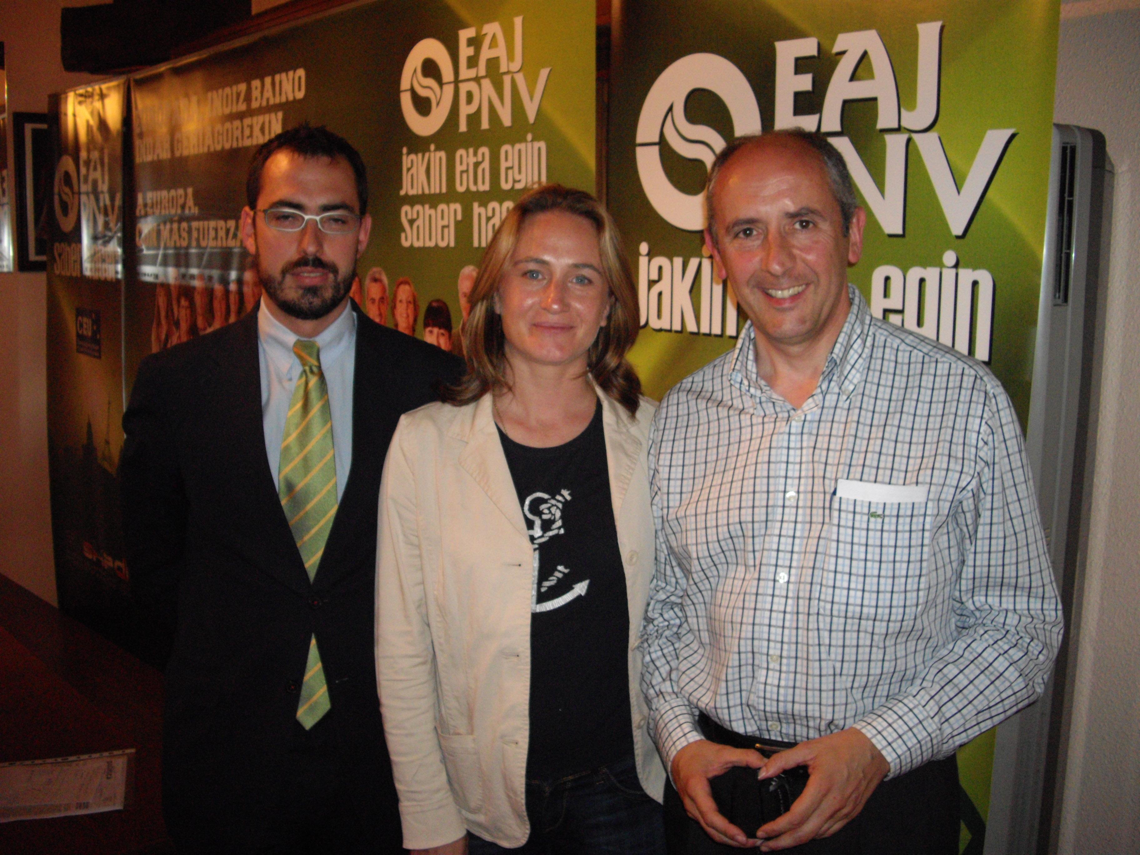 En el batzoki de Lesaka, junto a los candidatos navarros de nuestra lista electoral: Iñigo Zabalza y Amaia Arrizabalaga