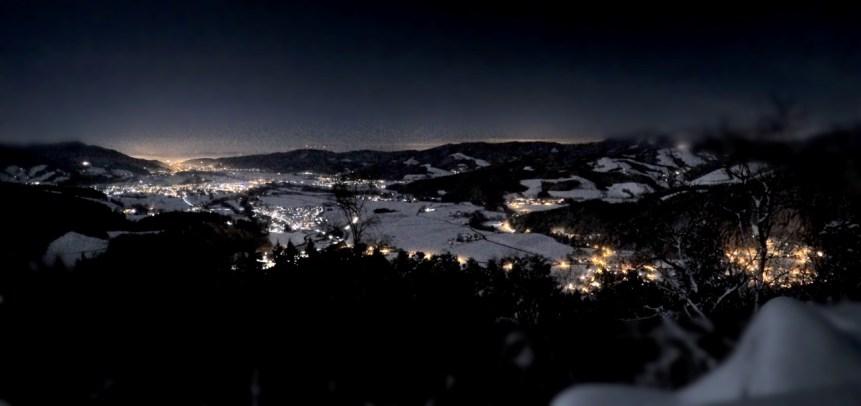 Sehr eindrucksvoll zeigt sich das schneebedeckte Dreisamtal auch in der Silvesternacht vom Frauensteigfels aus.