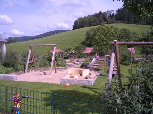 Dieser schöne Spielplatz befindet sich unmittelbar vor den Toren des Hofs