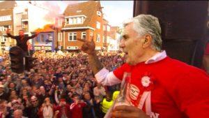 Sjaak Swart, vaak Mister PSV genoemd, viert het succes van zijn club. Beeld: Omroep Brabant