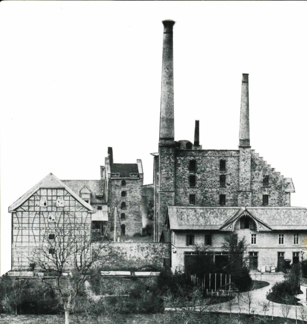 Zwei große Schornsteine erheben sich über dem Dampfkesselhaus von Ermen & Engels, ca 1880er Jahre