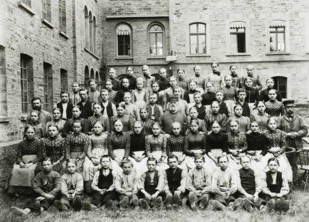 Unter den Beschäftigten der Haspelei von Ermen & Engels sind viele Kinder und Jugendliche, 1893