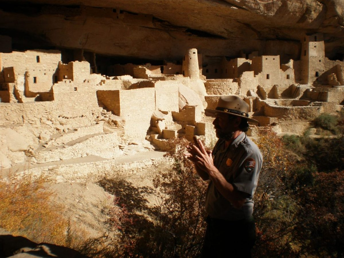 Mesa Verde cliff-dwelling: un ranger espone