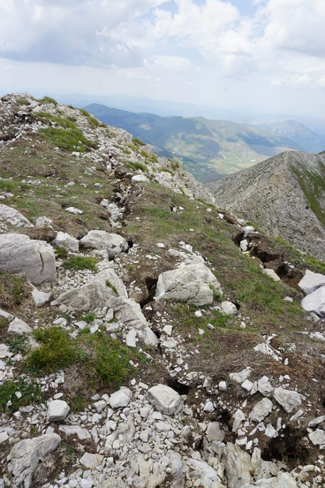 Fenditure del sisma sulla cresta del Redentore