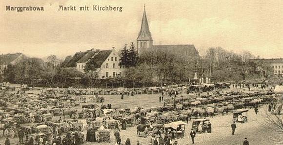 Marggrabowa, Marktplatz mit Kirchberg, Foto: Historische Ansichtskarte vor 1928