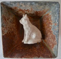 Vit kattskulptur