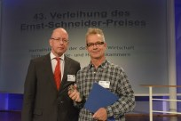 Laudator Jan Metzger (Intendant Radio Bremen), Preisträger Lorenz Rollhäuser (NDR/SWR)
