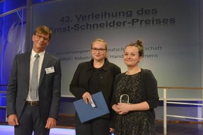 Laudator Dr. Thomas Hofmann (Hauptgeschäftsführer der IHK zu Leipzig), Preisträgerinnen Ines Ziglasch und Elisa Kern (MDR)