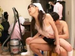 ブルマ&ノーブラタンクトップで部屋の掃除をしてフェラとSEXで性処理までしてくれる掃除業者