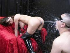 乳首から母乳、アナルから浣腸液を噴射してM男に浴びせ高速パイズリで射精させる変態ギャル 希咲エマ