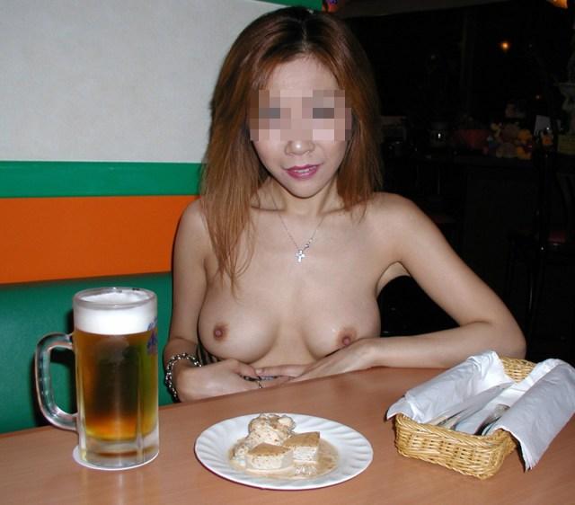 【店内露出エロ画像】飲食店で衣服をはだけさせてオッパイを晒す素人変態女…目撃したら勃起不可避だよwww-06