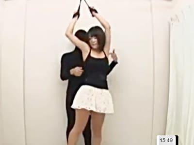 【くすぐり】天井から両手拘束で吊り下げられて無防備な胸や脇をこちょこちょされて悶絶。ヘトヘトの表情がエロいw