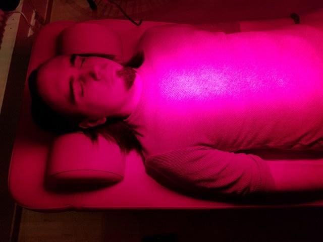 Евгений Пустошкин пробует «терапию красным светом» в Центре биохакеров (Хельсинки)