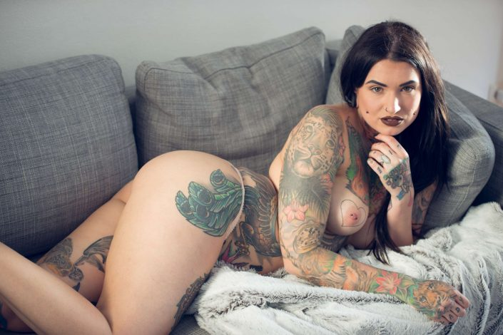 Toxyfoxy (hopefull Suicide Girl) laying nude on the couch. Erotikfotograf München