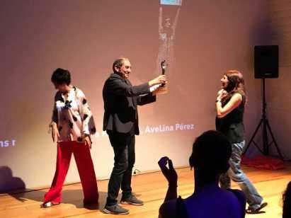 Avelina Pérez recibindo, de mans de Tatán, o Premio Coiro de Pita que outorga o público da sala Ingrávida de Porriño.