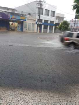 Rua Ribeiro de Almeida, Centro de Maricá. | Foto recebida via WhatsApp do ErreJota Notícias.