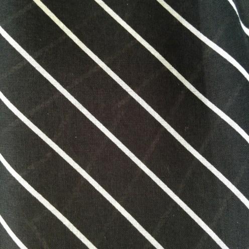 schwarze Webware mit weißen, diagonalen Streifen aus Baumwolle