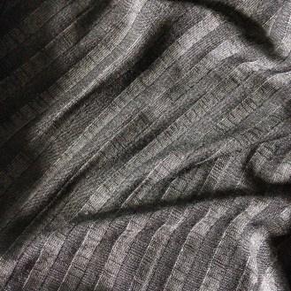schwarzer Jersey mit Streifenstruktur aus Viskose