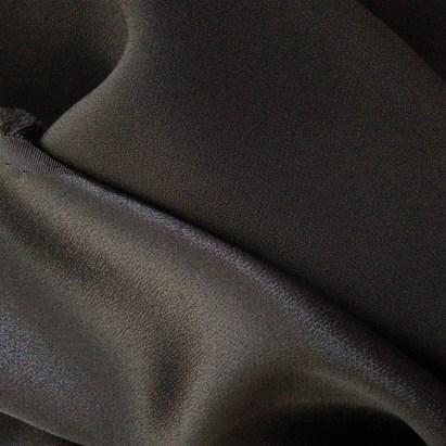 schwarzer Crêpe Satin aus Viskose mit matter und glänzender Seite