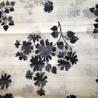 Webware aus Baumwolle mit schwarzen Blumenranken