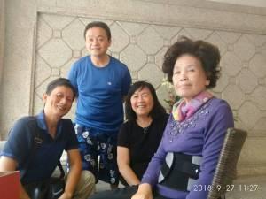 羅媽媽(右) 三年來不間斷,探望獄中的 張洛銘(左二)